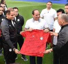 الفريق الوطني يهدي الرئيس السيسي قميص المنتخب